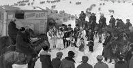 Артисты Нарынского музыкально-драматического театра выступают перед чабанами на высокогорном пастбище в Тянь-Шаньской области. 1971 год