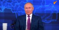 Российские телеканалы ведут прямой эфир передачи Прямая линия с Владимиром Путиным. Президент отвечает на интересующие россиян вопросы.