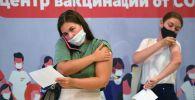 Девушки в пункте вакцинации от коронавируса