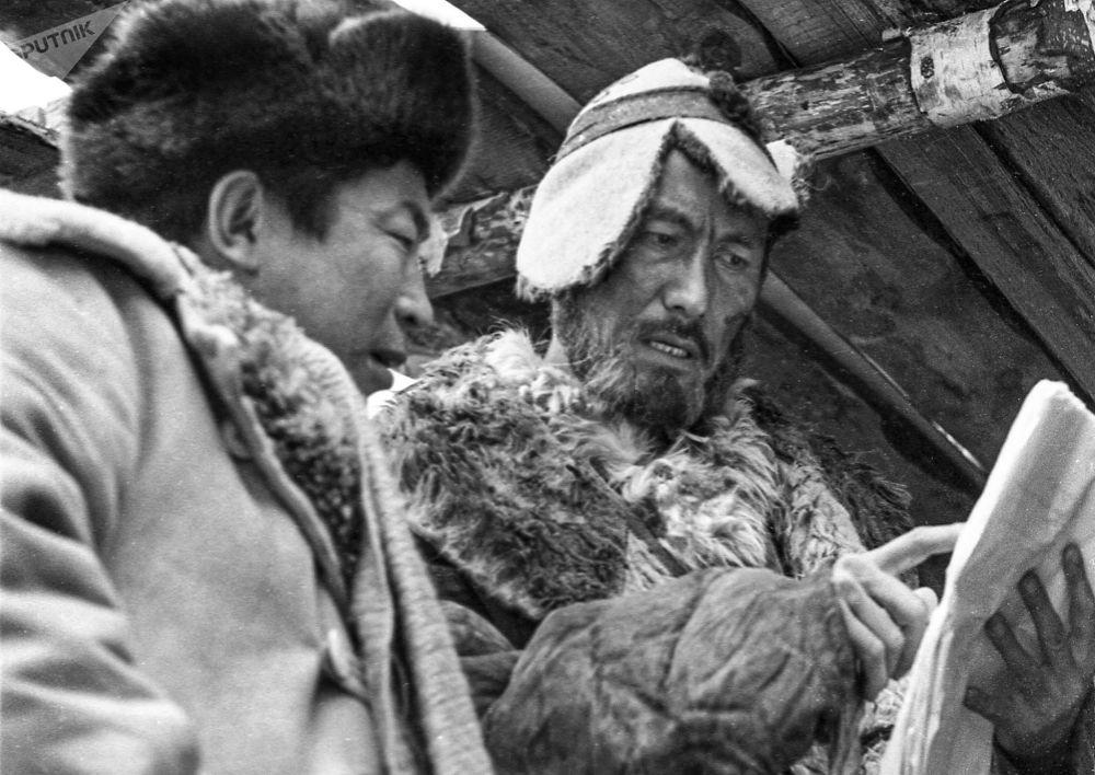 Режиссер Толомуш Океев и актер Суймонкул Чокморов на съемках фильма Лютый (Көк серек). 1973-год