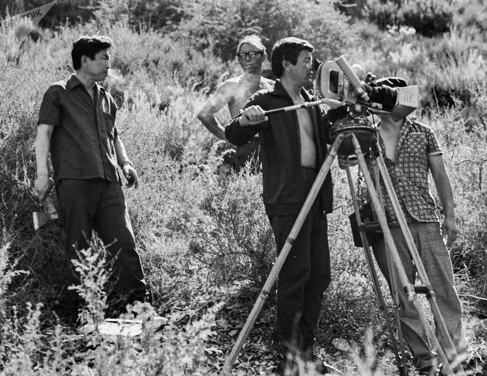 Народный артист СССР Толомуш Океев (слева) на съемках фильма Лютый (Көк серек). 1973-год