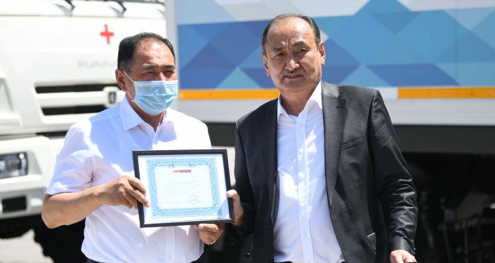 Министр здравоохранения и социального развития КР Алымкадыр Бейшеналиев на церемонии передачи мобильных медицинских комплексов (автопоездов) в Бишкеке