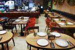 Пустые столики в одном из кафе. Архивное фото