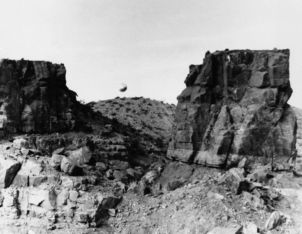 Тоодо асманга көтөрүлүп жаткан объектинин сүрөтү. Муну 1967-жылы 12-мартта Нью-Мексико мамлекеттик университетинин студенти тартып алган