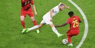 Четвертьфинал Евро-2020 между Бельгией и Италией. Футболист сборной Италии Леонардо Бонуччи борется с мячом с бельгийцами Кевином Де Брюйне и Джереми Доку в футбольной арене Мюнхен. Германия 2 июля 2021 года