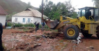 Ош облусунун Кара-Кулжа районунда сел каптоодон жабыркаган 11 турак жайды тазалоо иштери жүргүзүлүп жатат.