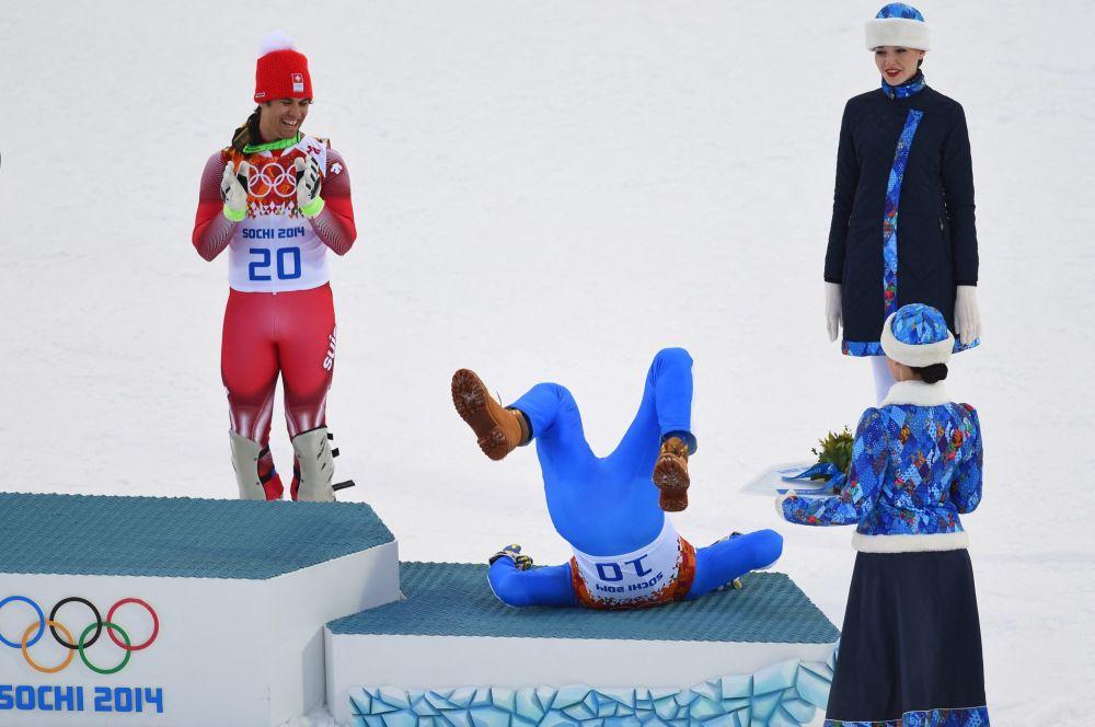 Италиялык лыжа спортчусу Кристоф Иннерхофер 2014-жылдагы Сочи олимпиадасынын сыйлоо аземинде кулап калган учуру