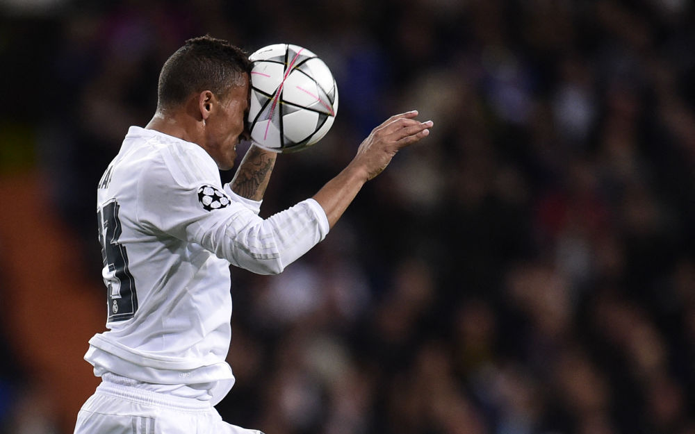 Реал Мадрид клубунун бразилиялык коргоочусу Данило Луис да Силва 2016-жылы УЕФАнын Чемпиондор лигасы мелдешинин 8/1 финалдык баскычындагы оюнда бети менен топту тосуп турган учуру