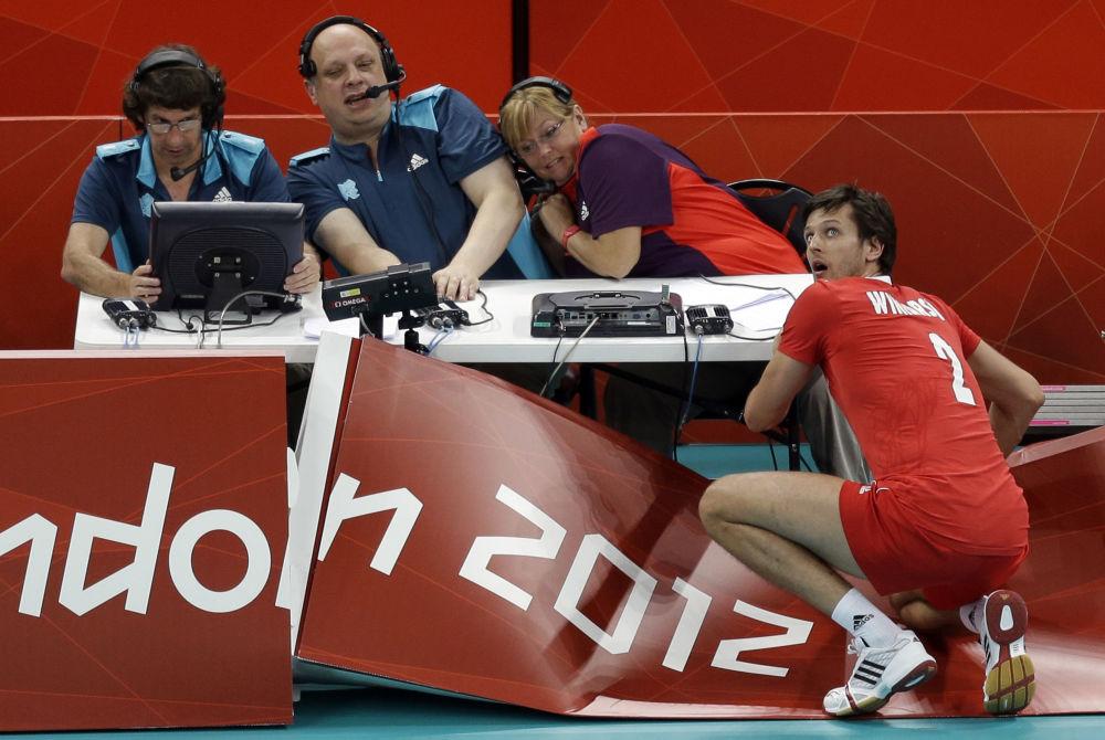 2012-жылы өткөн Лондон Олимпиадасы. Польшанын волейболчусу Болгарияга каршы оюнда жарнактарды бузуп болсо да топту кайтарган учуру