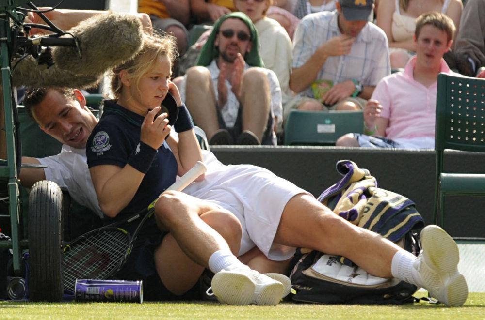 Франциялык теннисчи Микаэль Льодра Уимблдон мелдешинин беттештеринде көрүүчү кызды басып кулаган учуру