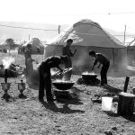 Ысык-Көлдө манасчы Саякбай Каралаевдин 100 жылдыгын белгилөөгө арналып каз катар тигилген боз үйлөр. 1994-жыл