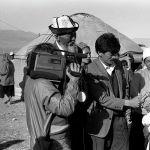 Улуу манасчынын Тоң районунун Ак-Өлөң айылында өткөрүлгөн 100 жылдыгында Карасаевдин кызы журналисттерге интервью берүүдө. 1994-жыл