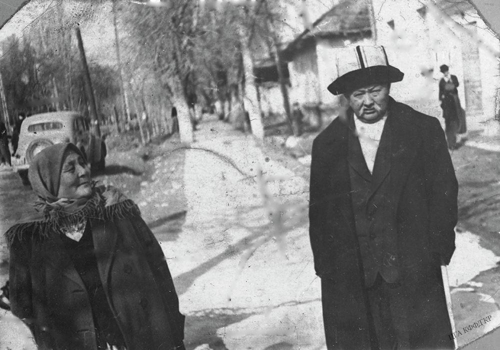 Каралаевдин байбичеси менен түшкөн сүрөтү. Манасчы 1916-жылдагы Үркүндөн кийинки эл башына түшкөн кыйын күндөр кайта элек, ачкачылык мезгилинде үйлөнүптүр