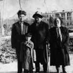 Белгилүү прозаик, драматург, балдар жазуучу Шүкүрбек Бейшеналиев, манасчы Саякбай Каралаев жана улуу манасчынын байбичеси Фрунзе шаарында. 1966-жыл