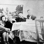 Саякбай Каралаев өз үйүндө, жакындарынын курчоосунда отурат. Улуу манасчынын эки уулу жана төрт кызы болгон. Фрунзе шаары