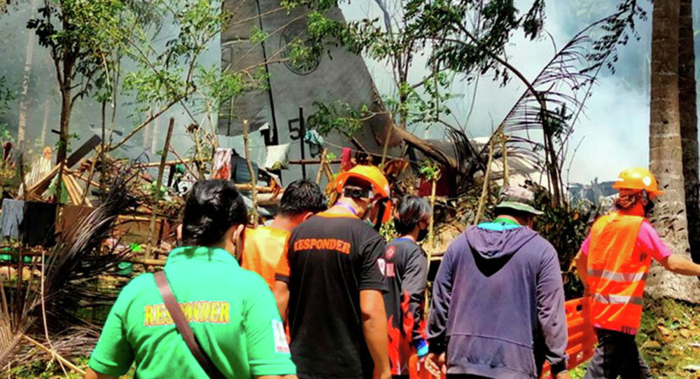 Спасатели на месте падения самолета Lockheed C-130 в Патикуле на Филиппинах. 04 июля 2021 года