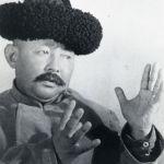 1939-жылы Москвада өткөн кыргыз искусствосу жана адабияты декадасынын катышуучусу Саякбай Каралаевдин Манас айткан учуру. Кызыл Кыргызстан гезити 1945-жылы 30-октябрдагы санына декада учурунда буркан-шаркан түшүп айтылган Манасты уккан Сталин Каралаевдин талантына таң бергенин жазган