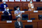 Депутат Жогорку Кенеша Алиярбек Абжалиев, который приходится сватом экс-президенту Кыргызстана Сооронбаю Жээнбекову, сегодня пришел на внеочередное заседание парламента.