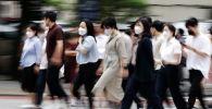 Пассажиры в масках гуляют по пешеходному переходу. Архивное фото
