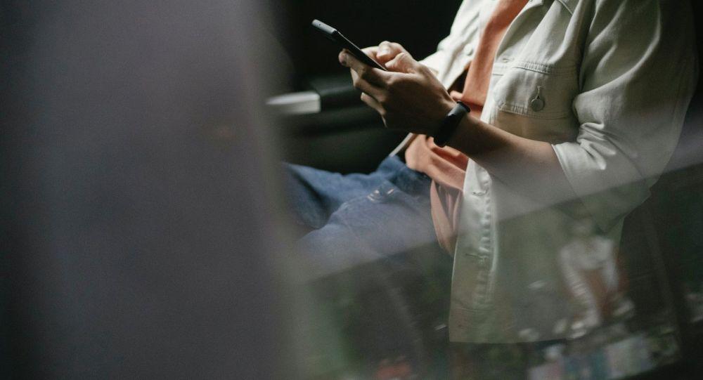 Мужчина пользуется смартфоном в салоне автомобиля. Иллюстративное фото