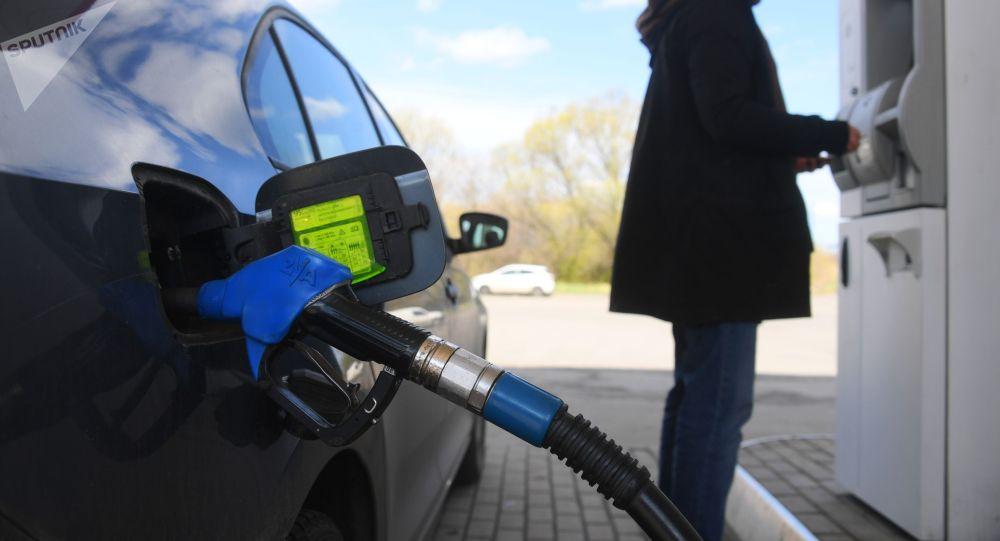 Мужчина оплачивает автомобильное топливо. Архивное фото