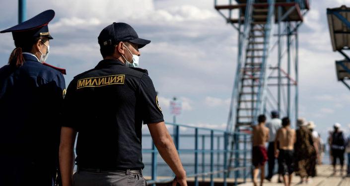 Сотрудники туристической милиции Иссык-Кульской области на пляже