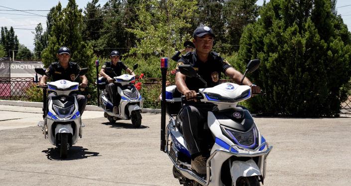 Сотрудники туристической милиции Иссык-Кульской области едут на электроскутерах