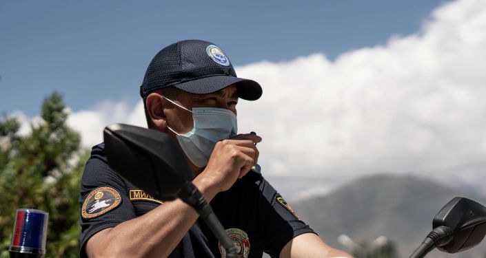 Сотрудник туристической милиции Иссык-Кульской области едет на электроскутере