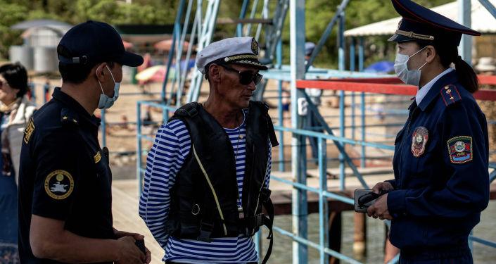 Сотрудники туристической милиции Иссык-Кульской области общаются с гражданами