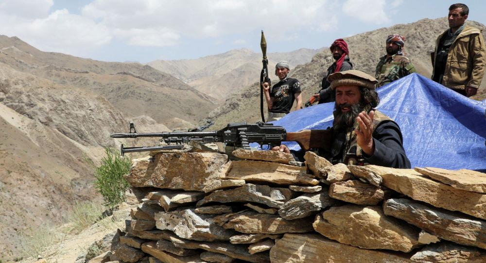 Вооруженные люди, выступающие против восстания талибов, стоят на КПП в провинции Парван (Афганистан)