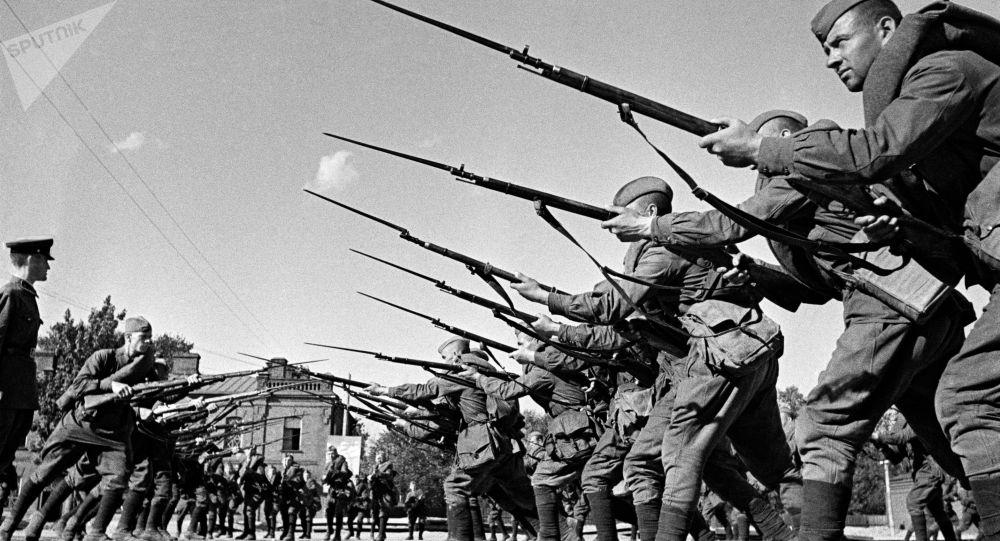 Обучение бойцов перед отправкой на фронт. Казармы Н-ского полка им. Ворошилова. Москва, август 1941 год.