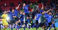 Сборная Италии празднует выход в финал после победы в серии пенальти над сборной Испании на полуфинале Евро-2020