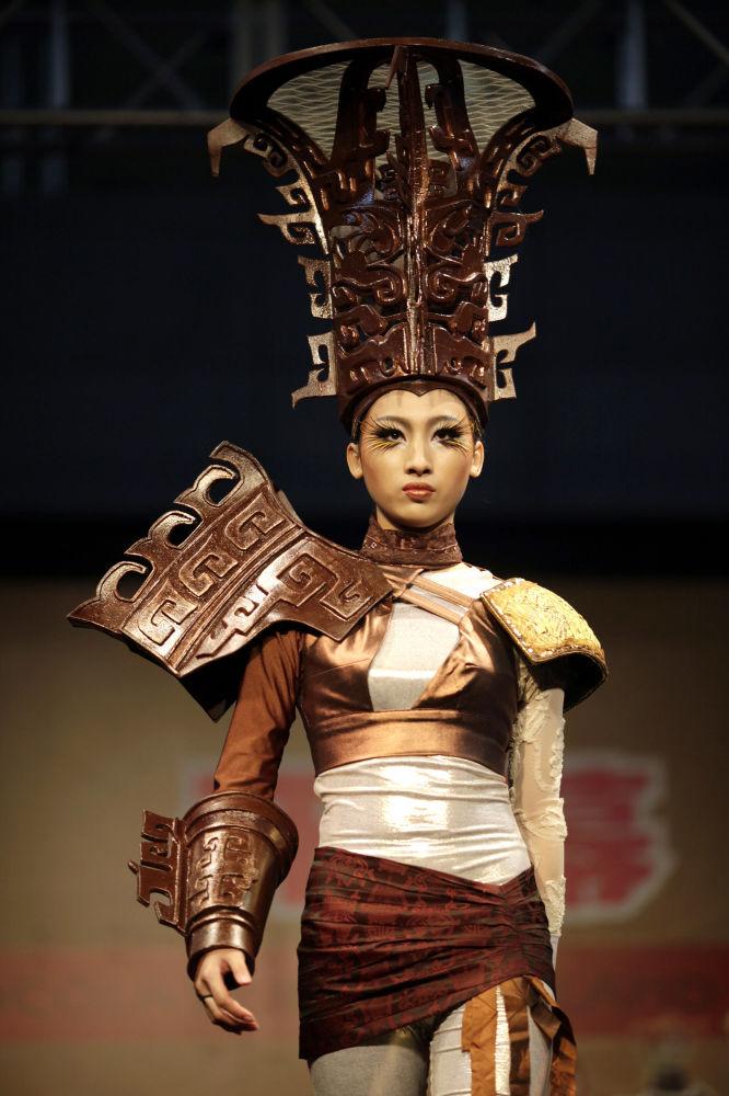 Шанхайда 2011-жылы өткөн мода жумалыгындагы жарым-жартылай шоколаддан тигилген кийим