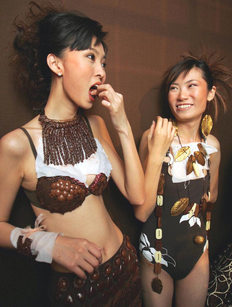 Шоколаддан ич кийим дагы жасашкан. Пекин, 2005-жыл