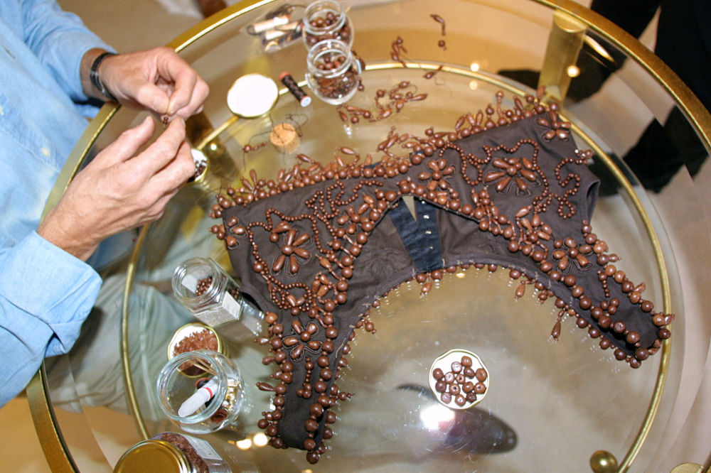 Шоколад өндүрүүчү Анри Леру кийимге шуру тагып жатат. Париж, 2001-жыл