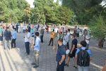 Сапат лицейлер тармагынын президенти Орхан Инандынын тарапташтары Өкмөт үйүнүн алдына митингге чыкты.