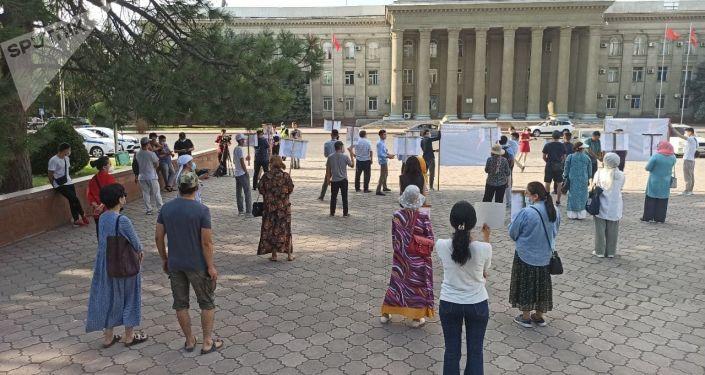 У здания кабинета министров проходит митинг в поддержку Орхана Инанды