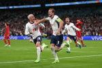 Англиянын чабуулчусу Харри Кейн Данияга каршы экинчи голун белгилеп жатат