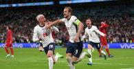 Нападающий сборной Англии Харри Кейн празднует свой второй гол с Филом Фоденом на стадионе Уэмбли в Лондоне на матче полуфинала с Данией. Великобритания, 7 июля 2021 года