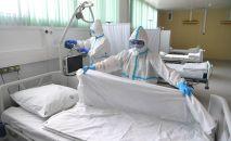 Медицинские работники в палате больницы. Архивное фото