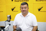 Временно исполняющий обязанности начальника водолазной службы при МЧС КР Замирбек Жумаков во время беседы на радио