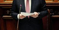 Чиновник во время выступления на собрании. Архивное фото