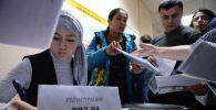 Иностранные граждане подают заявку на сдачу тестирования для получения вида на жительство в Миграционном центре при Уральском государственном горном университете (УГГУ) в Екатеринбурге. Архивное фото