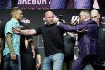 Президент UFC Дана Уайт (в центре), держит Конора МакГрегора (справа) и Дастина Пуарье во время пресс-конференции, посвященной поединку смешанных единоборств UFC 264 в Лас-Вегасе. 8 июля 2021 года