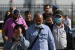 Мигранты у миграционного центра в Подмосковье. Архивное фото