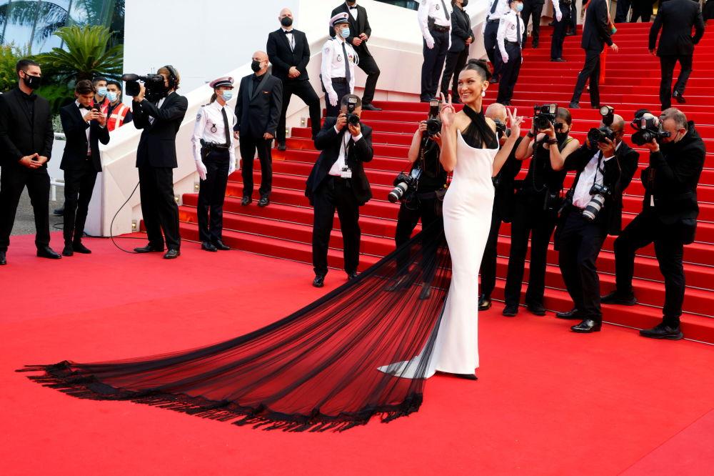 Больше всего комплиментов собрала Белла Хадид. Модель появилась на мероприятии в элегантном черно-белом платье.