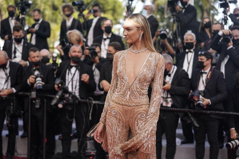 Не менее эффектный наряд выбрала и коллега Хадид, южноафриканская модель Кэндис Свейнпол. На красную дорожку она надела бежевый комбинезон.