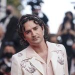Еще один пример яркого наряда на красной дорожке продемонстрировал актер и режиссер Николя Мори: он появился на фестивале в белоснежном костюме