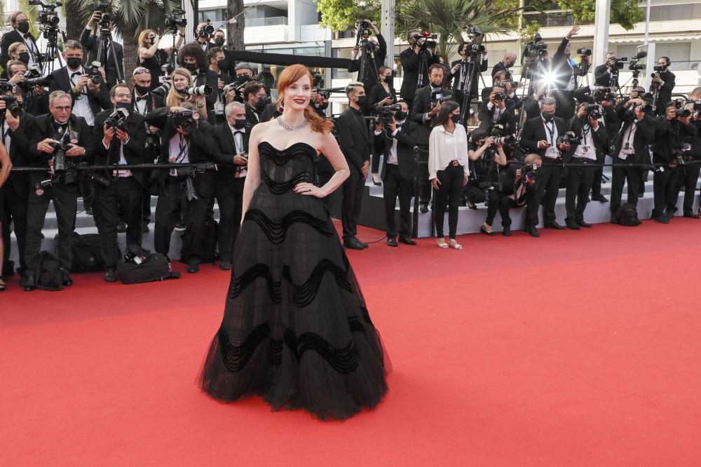 Актриса Джессика Честейн для ковровой дорожки выбрала более сдержанный наряд и появилась в брендовом черном пышном платье
