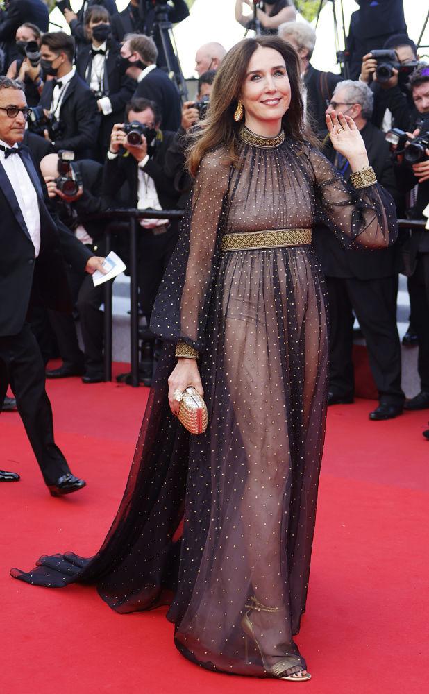 Эльза Зильберштейн остановила выбор на стильном шифоновом платье черного цвета в золотистый горошек